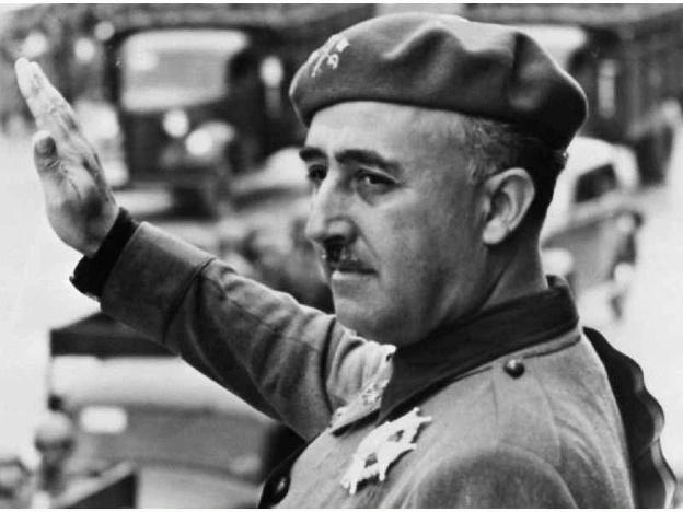 El general Francisco Franco amb el braç alçat