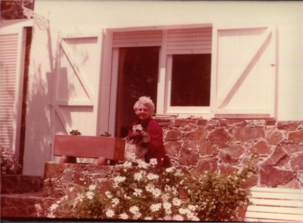 Mercè Rodoreda a la porta del seu edtudi, a la casa de Romanyà de la Selva