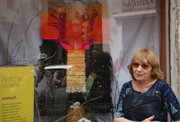 Antònia Vicens davant l'aparador que conté l'homenatge a un dels seus poemes   Foto: Carles Arola.