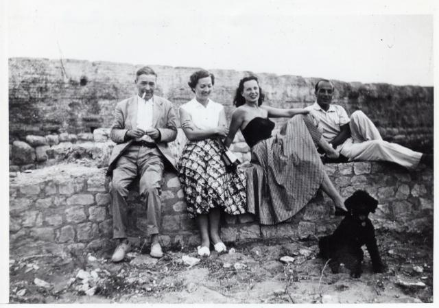 Josep Pla, Marta Bastons, Sra. Lahaille i Lluís Bonal a Empúries l'any 1952. Autor: Paul Lahaille (Fundació Josep Pla, col·lecció germans Bonal i Bastons)