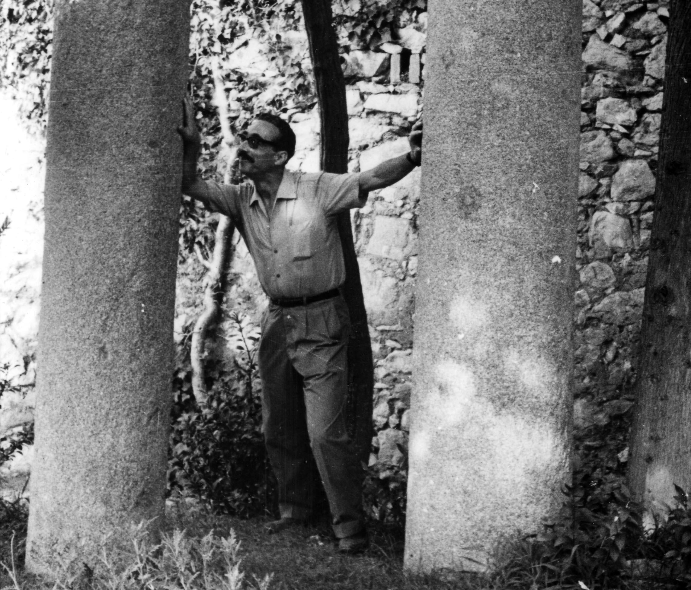 Pedrolo intentant tombar les columnes del parc de Sant Eloi, a Tàrrega.