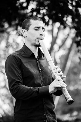 Rodrigo Rodríguez tocant el Shakuhachi.