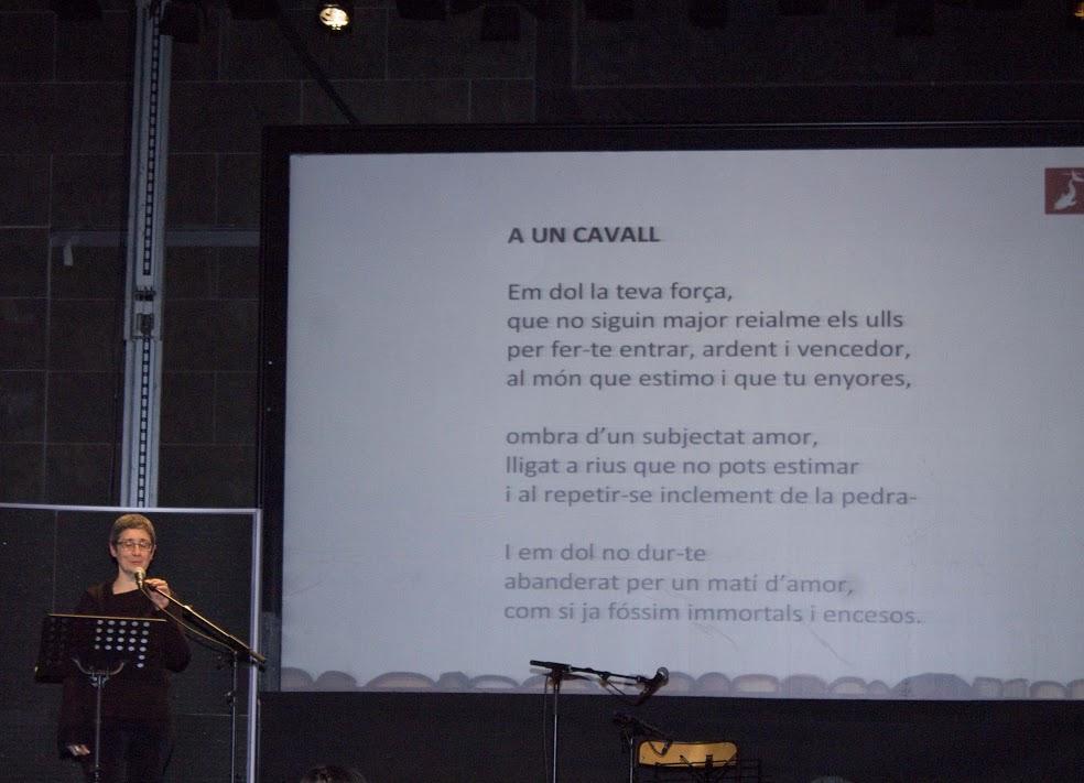 Montse Vergés va recitar alguns poemes del seu pare, el poeta Joan Vergés | Foto Bibi Oye.