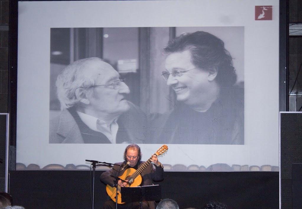 Toti Soler homenatja el poeta Joan Vergés cantant els seus poemes | Foto: Bibi Oye.