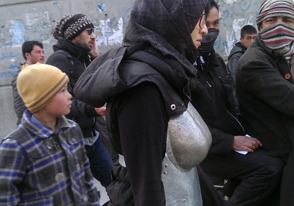 Kubra Khademi en un acte performatiu al carrer | Foto: Mina Rezaee