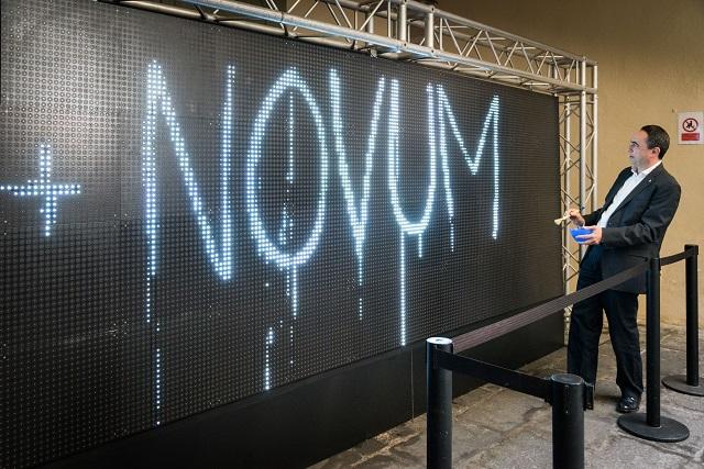Jaume Ciurana escrivint al Water Light Graffiti, a la Virreina | Foto: ICUB / Pep Herrero