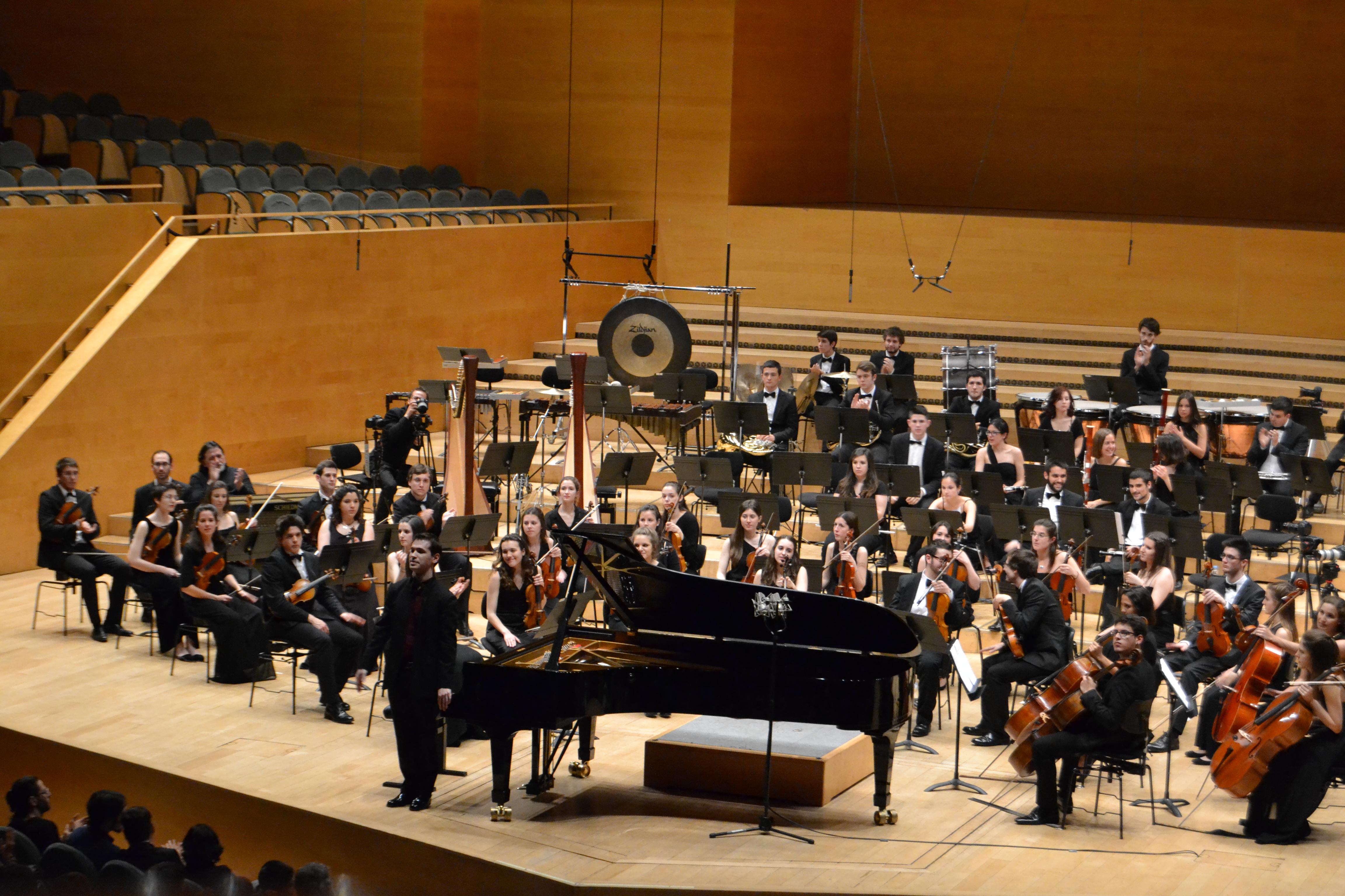 El pianista Marc Heredia al costat de la JONC. FOTO I EDICIÓ: Andreu Martínez i Miret