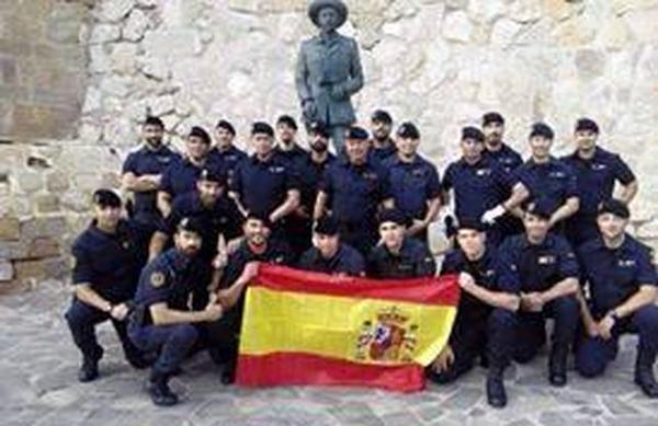 Agents de la Guàrdia Civil a Melilla amb estàtua de Franco | Foto: Nació Digital