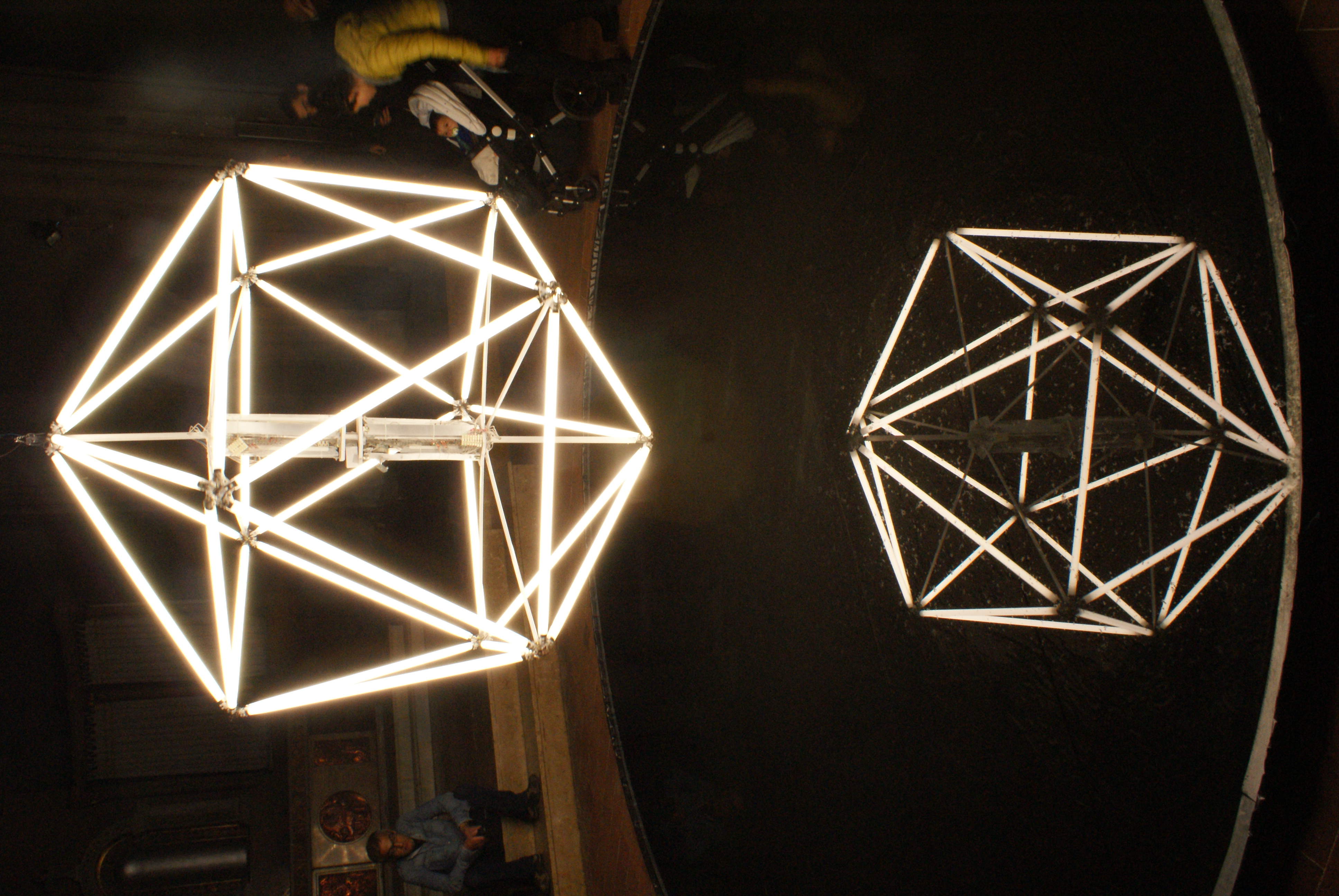 Dolors Puigdemont ha presentat a l'Escola Pia d'Olot la instal·lació 'Foc d'aigua' dins el festival Lluèrnia