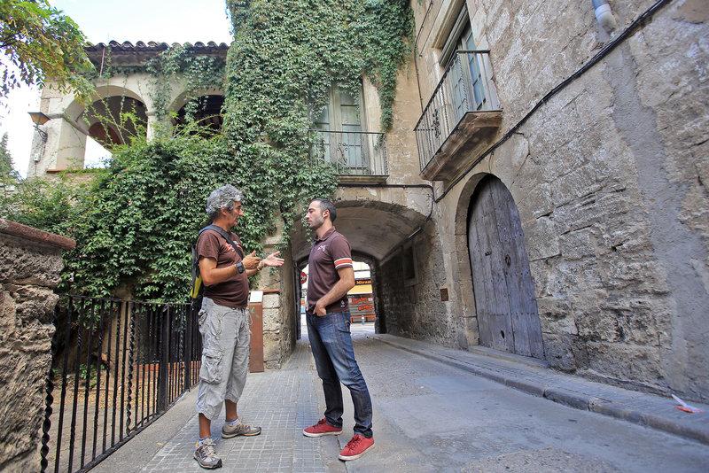 el president de la Fundació Ràfols-Casamada-Maria Girona i nebot de l'artista, Marc Ràfols, i l'alcalde Aleix Auber davant la Casa Bas. Foto: Juanma Ramos