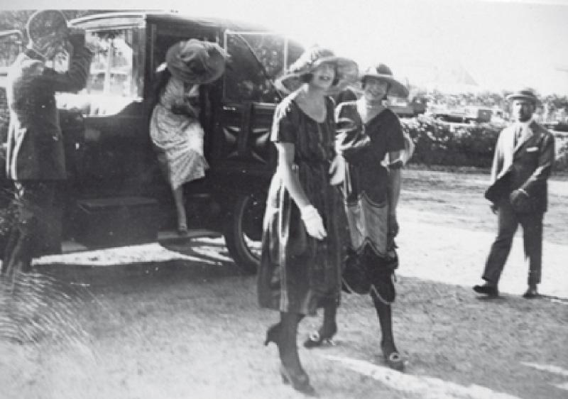 L'àvia Rat i les seves germanes arriben a l'Hipòdrom en el Rolls-Royce descapotable de la tia Isabel Llorach. Anaven amb xofer i lacai.   Arxiu Baladia