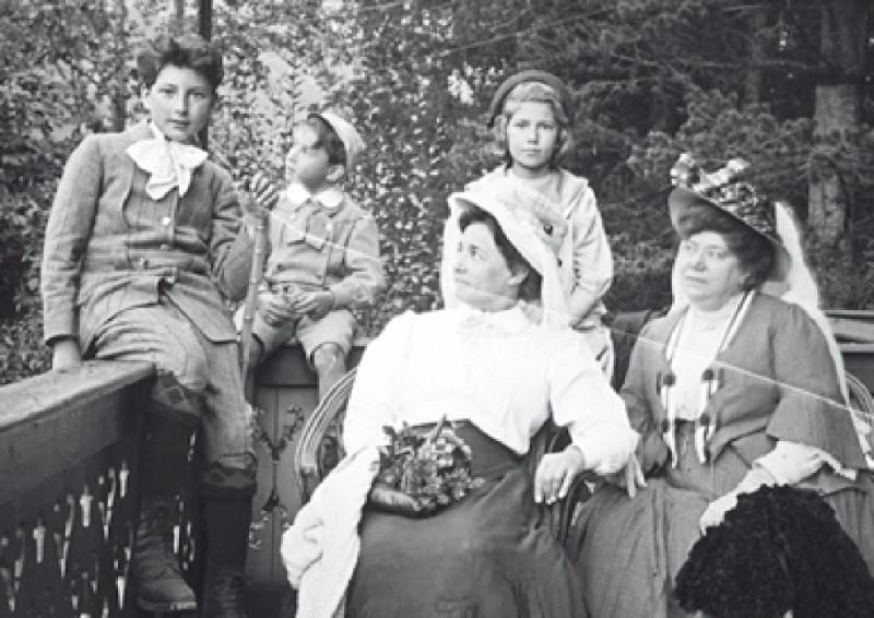 La tia Ramona (amb vestit fosc) i la seva germana vigilen els nens: el Gip, la Niní i el petit Ninus. Són a Grindelwald, Suïssa