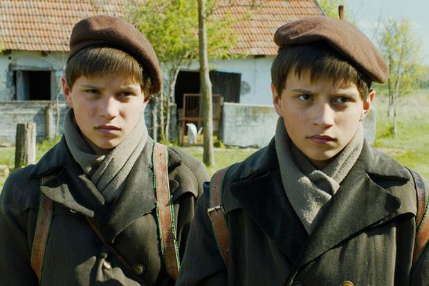 Fotograma de la pel·lícula El gran quadern d'adaptació del llibre d'Agota Kristof.