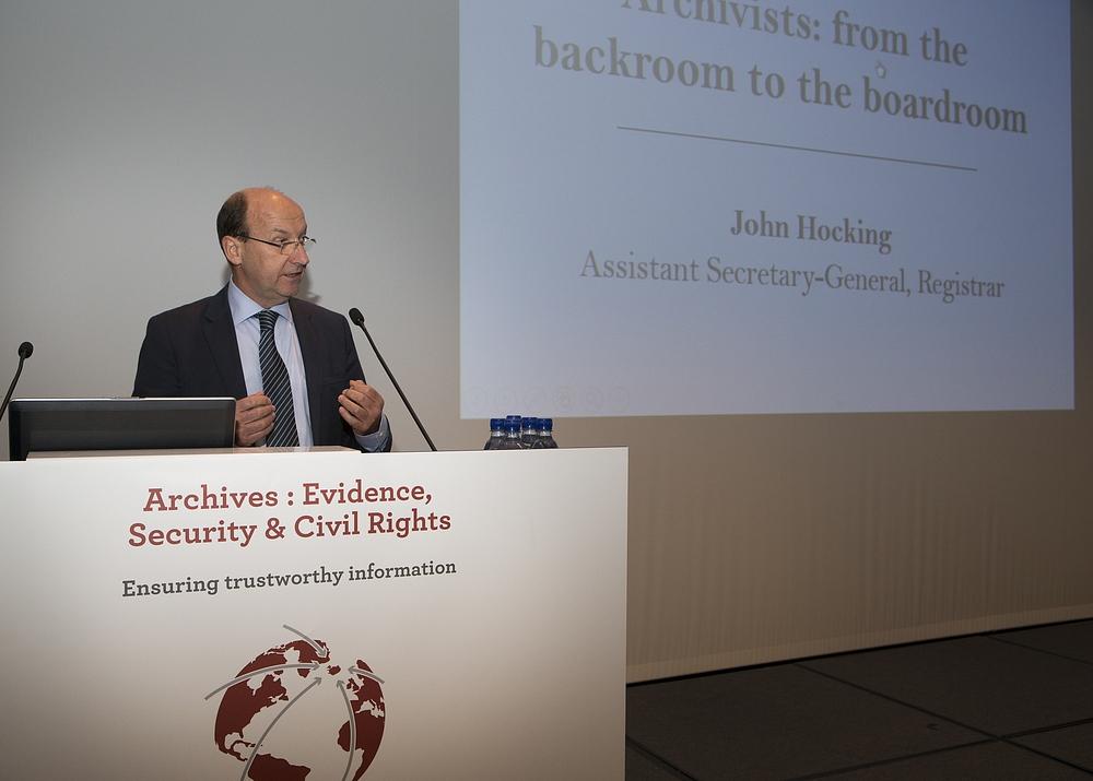 John Hocking, secretari del Mechanism for International Criminal Tribunals (MICT) de l'ONU, darrer ens que s'ha adherit a la Declaració Universal sobre els Arxius a nivell internacional, el passat setembre de 2015.