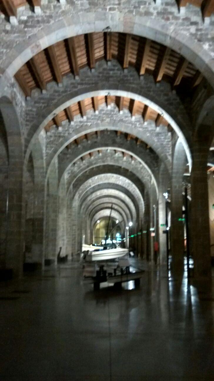 Les espectaculars arcades de l'interior del museu
