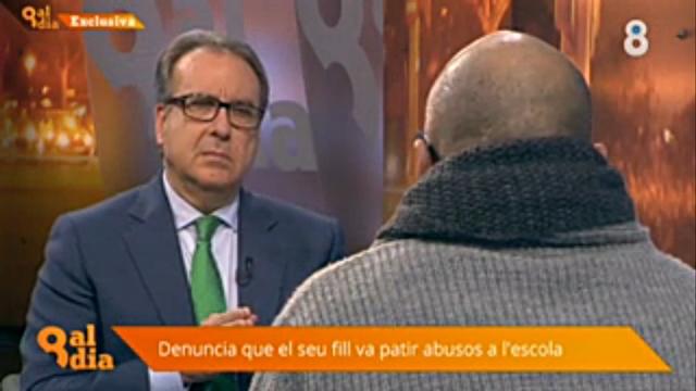 Josep Cuní entrevistant al pare d'un dels infants abusats pel pederasta dels Maristes sense mostrar-li la cara