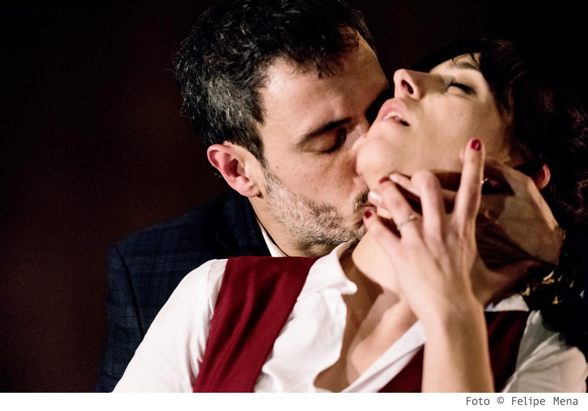Don Joan (Julio Manrique) besa Carlota (Nausicaa Bonnín)