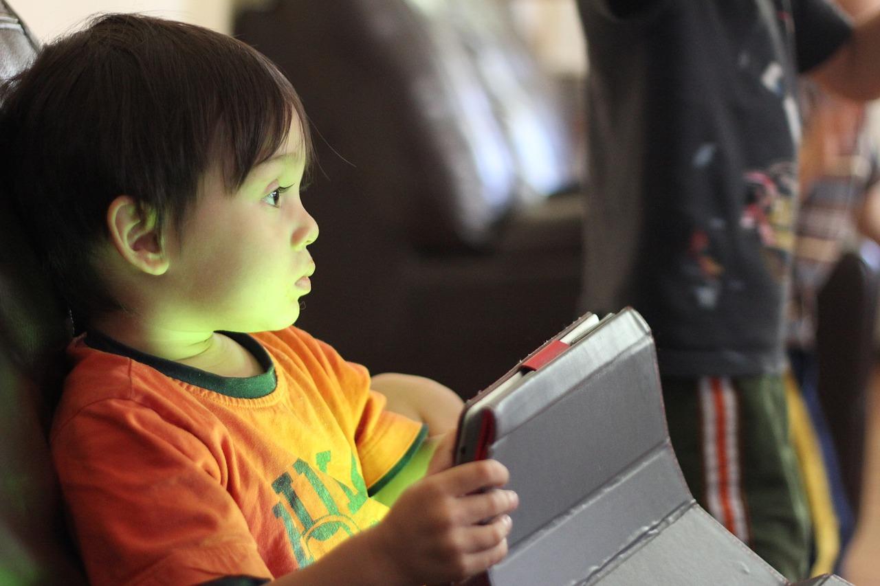 Un nen amb una tauleta digital | Foto: Pixabay