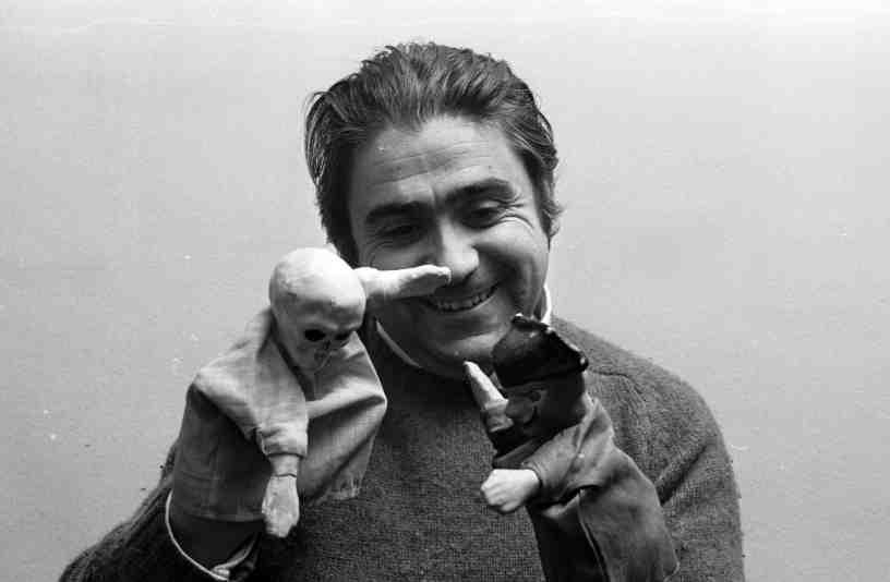 Ricard Salvat amb uns putxinel·lis. © Colita. MAE. Institut del Teatre