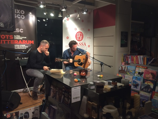 Jordi Llavina i David Carabén ahir a la llibreria Bassa, en el marc de Litterarum