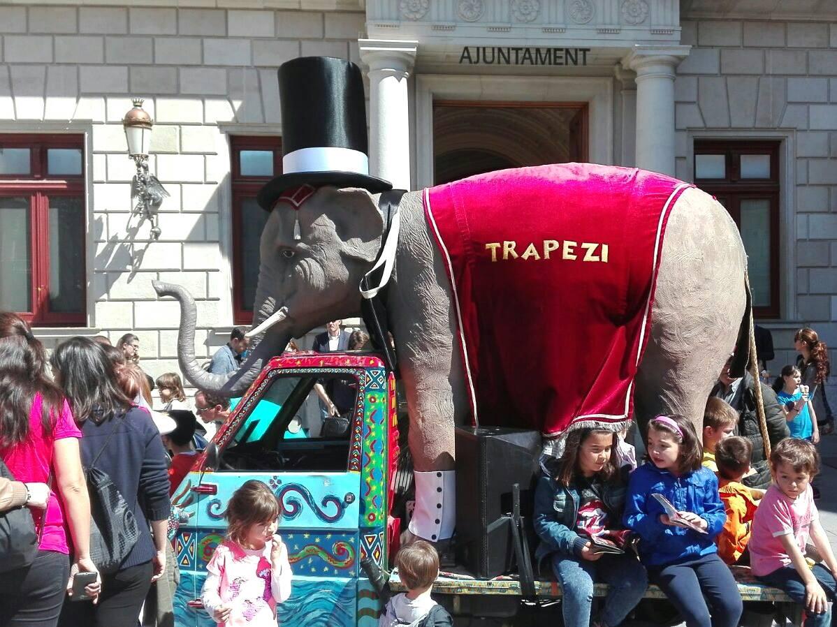 L'elefant del Trapezi, vestit de gala