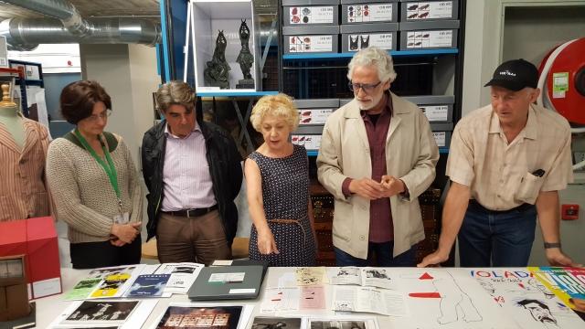 Magda Puyo, directora de l'Institut del Teatre, senyala els documents donats per Vol-Ras