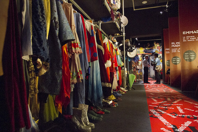 Vestuari exposat a l'exposició sobre Comediants al Palau Robert
