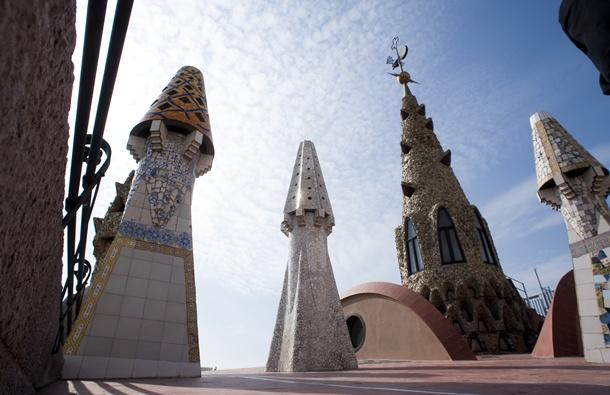 El terrat del Palau Güell, amb tres de les seves xemeneies i l'agulla | Foto: Ramon Manent