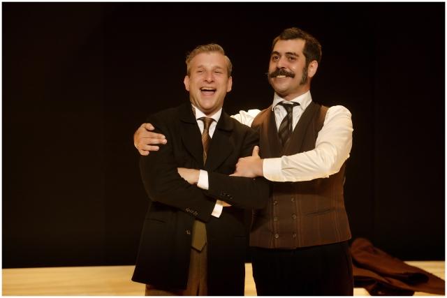 Jordi Rico i Òscar Muñoz, en una escena de 'Lehman Trilogy'. © David Ruano