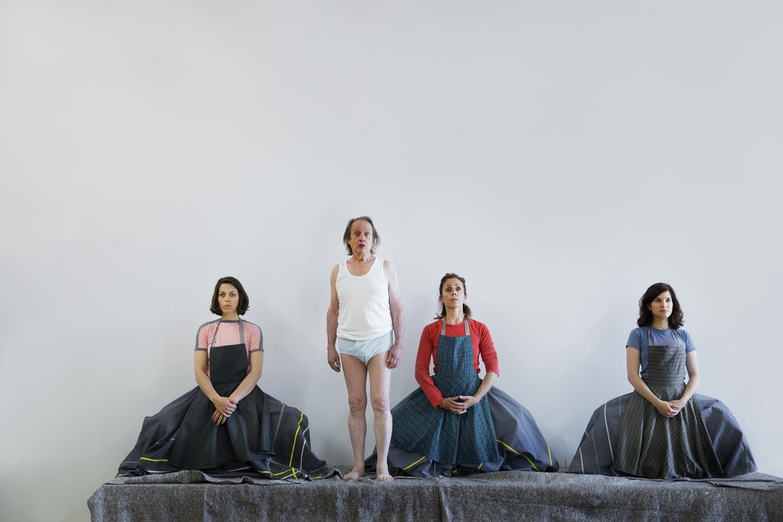 Oriol Genís amb les tres Frauen. Fotografia d'assaig d'Anna Queralt