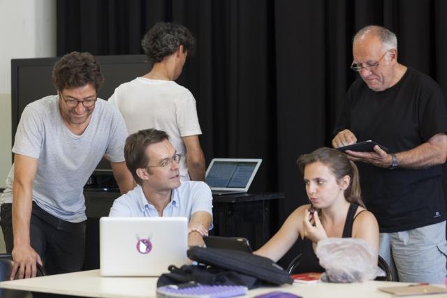 Roger Bernat i alguns alumnes del seu curs. © Nani Pujol
