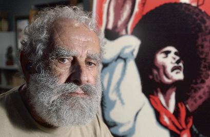 Fontserè a casa seva, a Porqueres, l'any 2003, al costat del seu cartell més conegut, Llibertat!, que va fer l'any 1936 per a la CNT-FAI | Foto: Pere Virgili.