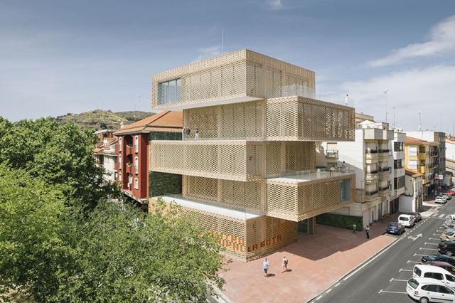 El Centre Cultural La Gota a Navalmoral de la Mata (Càceres - Losada & Garcia) està construït amb teixit ceràmic | Foto: Losada & Garcia arquitectos