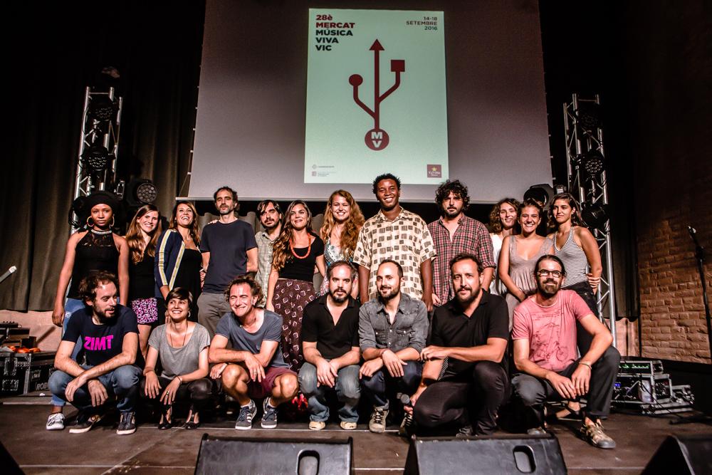 Foto de família de la presentació del 28è Mercat de Música Viva de Vic