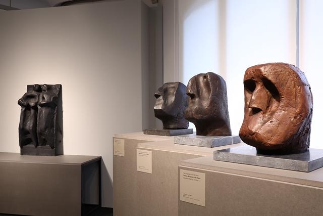 Tres caps dels apòstols d'Oteiza i, al fons, el fris a petita escala del mateix escultor | Foto: Fundació Catalunya-La Pedrera