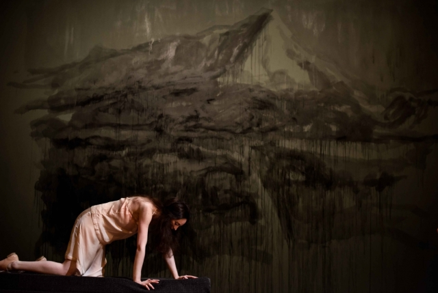 Nina davant del mural pintat a 'La mouette'. © Arno Declair