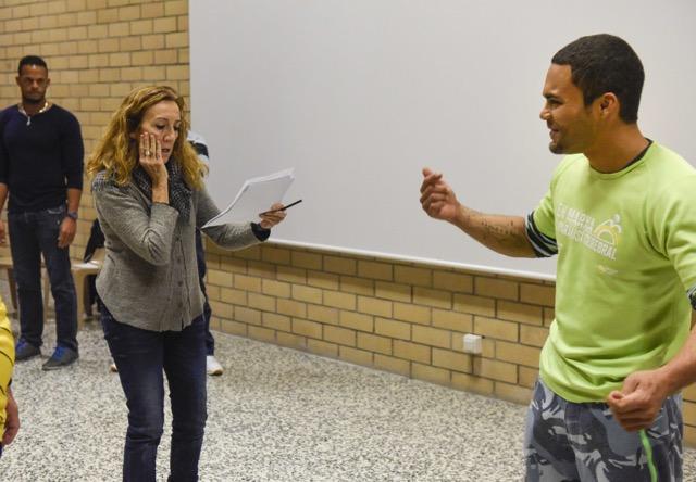 Carme Portaceli dirigint un dels actors. © David Campos
