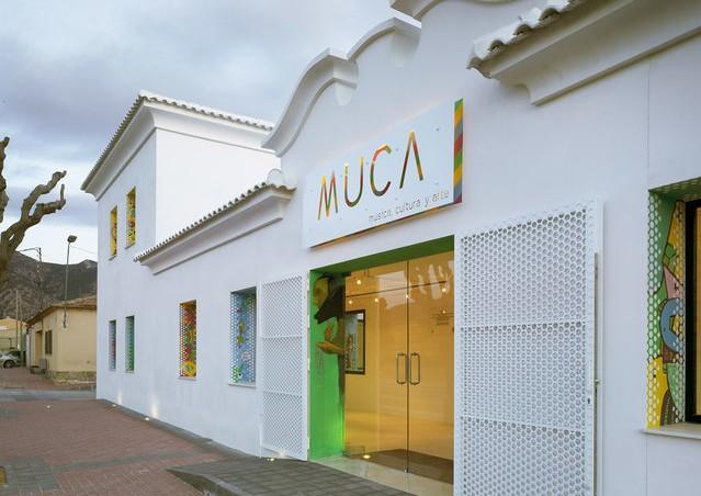 Artistes del poble van ser convidats a pintar les finestres de la nova escola de música MUCA | Foto: David Frutos