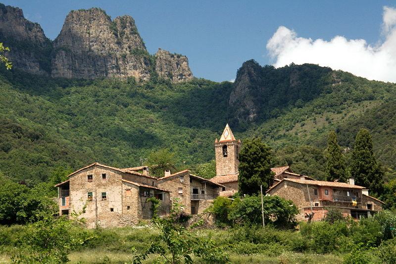 Joanetes, a la Vall d'en Bas, als peus del Puigsacalm.