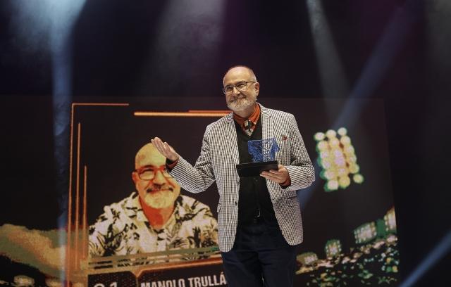 Manolo Trullàs amb el Premi Butaca Honorífic Anna Lizaran. © Paco Amate