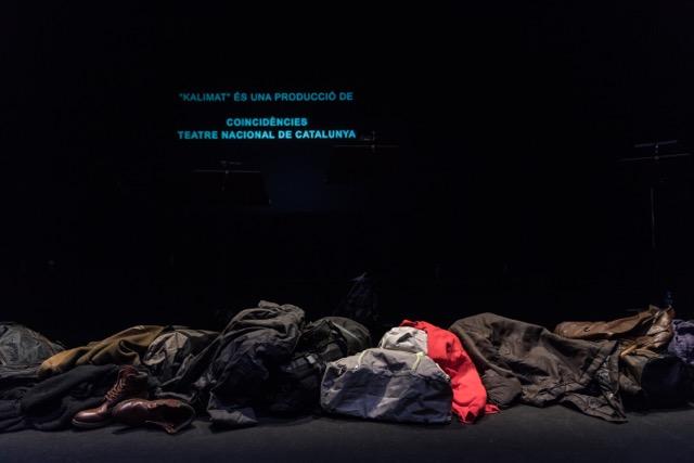 Una franja de roba separava els intèrprets del públic a 'Kalimat'. © May Zirkus - TNC