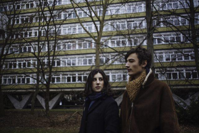 Elena Martín i Jakob d'Aprile en un fotograma de la pel·lícula 'Júlia ist'