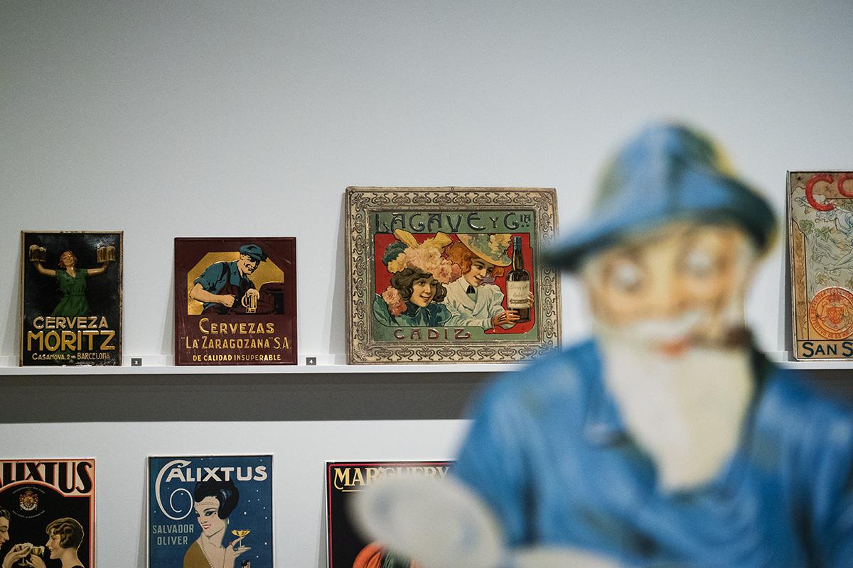 Publicitat feta amb llauna al Museu del Disseny | Foto: Ester Roig