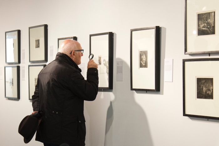 Un home visitant l'exposició de la Col·lecció Furió a Terrassa | Foto: Centre Cultural Terrassa