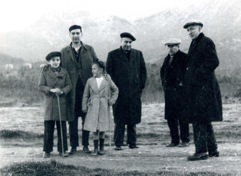 D'esquerra a dreta: nen desconegut, Martí de Riquer, Roser Duran i Grau, Jesús Ernest Martínez Ferrando (director de l'Arxiu de la Corona d'Aragó), Ignasi Arqués i Agustí Duran i Sanpere (cap de la Secció d'Arxius de la Generalitat de Catalunya), a Viladrau, hivern 1936-37. Arxiu: Família Riquer-Permanyer.
