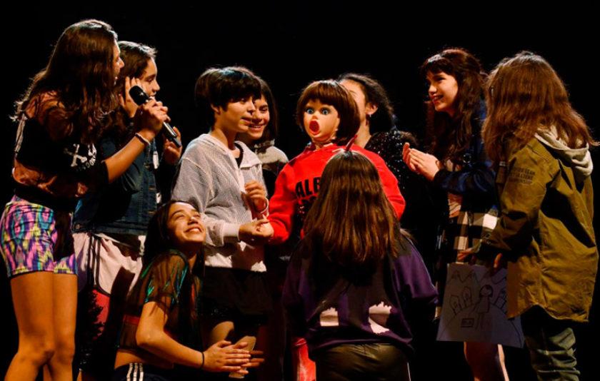 Marco Layera dona veu a les adolescents xilenes