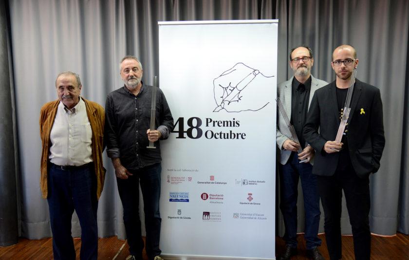 Quatre homes als premis Octubre