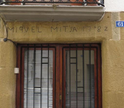 Un tomb per la llengua al carrer dels 'me fecit' d'Amer