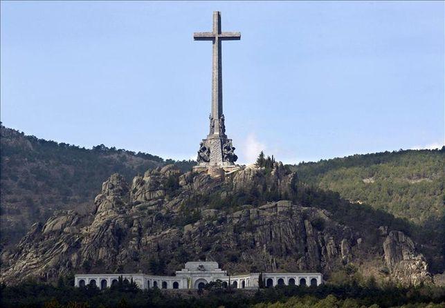 El Valle de los Caídos, a la serra de Guadarrama.