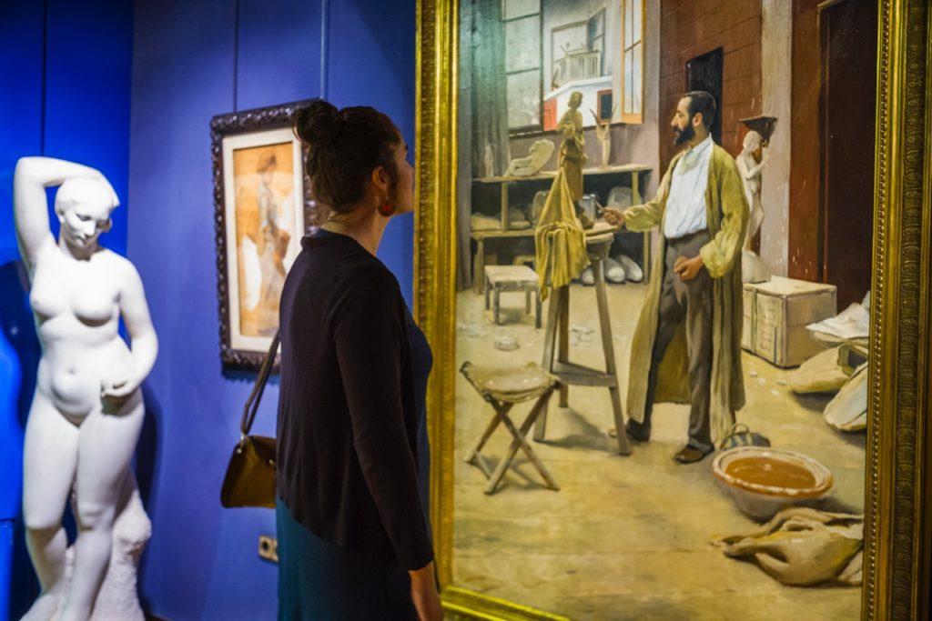 Una dona mirant l'obra 'Clarasó en el seu taller' de Santiago Rusiñol (1889 ) | Foto: Galeria Gothsland
